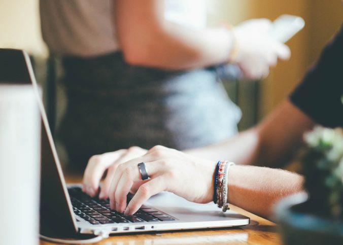 internaute qui recherche les meilleurs sites de produits gratuits